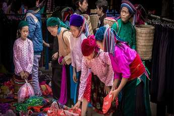 The mountain markets in Ha Giang: the colours of the karst mountains