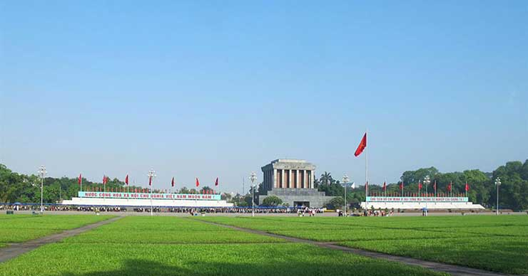 Visit Ho Chi Minh Mausoleum in Hanoi city