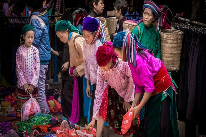The mountain markets in Ha Giang, colours of the karst mountains