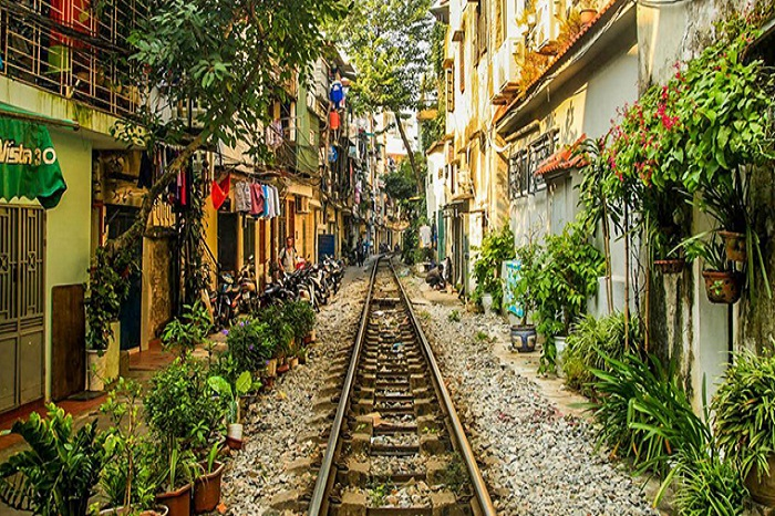 The train street in Hanoi, an unparalleled ride