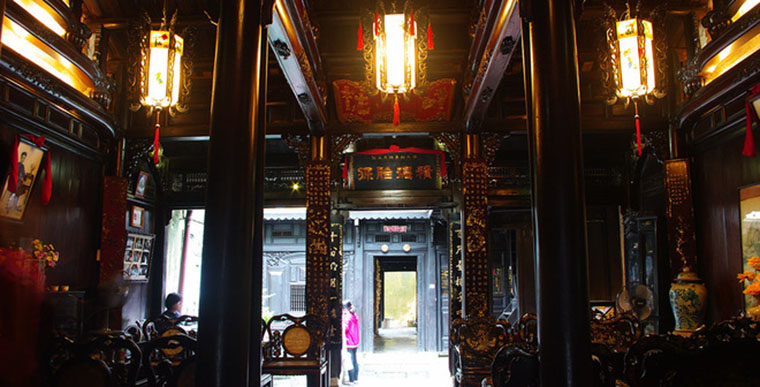 Visit Hoi An and visit Tan Ky ancient House