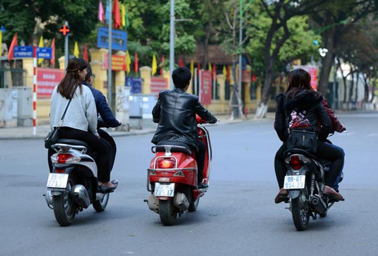 11-types-of -running-scooter-in- vietnam-wall-on-the-street