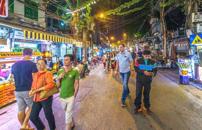 5 best places for street food in Hanoi Hang Buom street