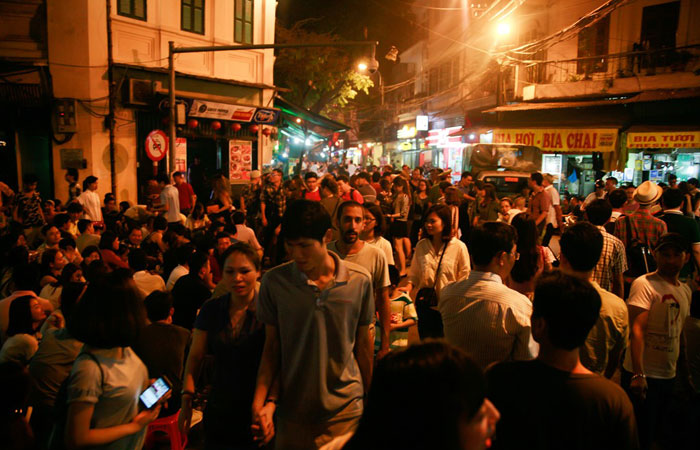 5 best places for street food in Hanoi Ta Hien street