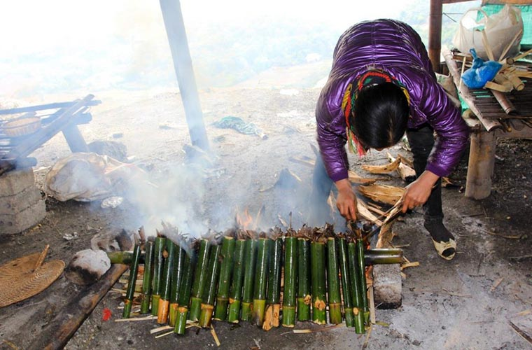 5 special dishes in Mai Chau Sticky rice in bamboo tube on fire