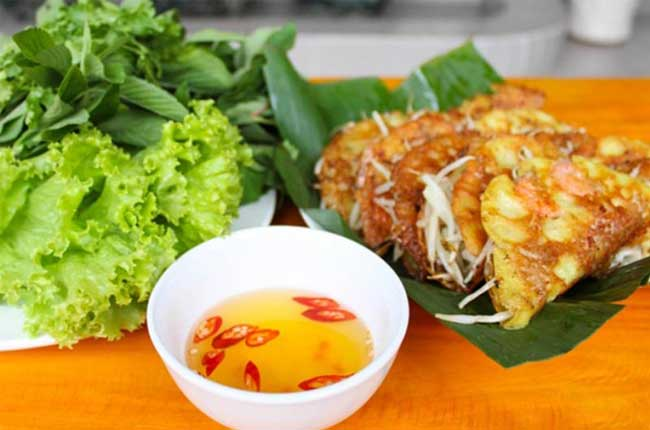 7-famous-foods-in-hue-Banh-xeo