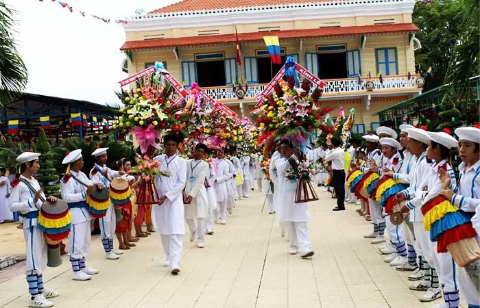 Tay-ninh-holy-land-Cao-dai-temple-festive-atmostphere-5