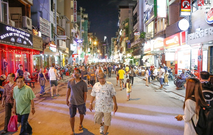 bui vien street going out at night in saigon ambiance