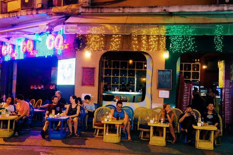 bui vien street going out at night in saigon cafe