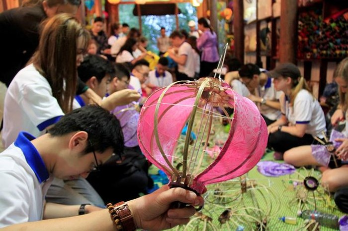 class of making lantern at hoi an ancient town student
