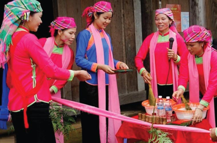 ethnic-groups-in-sapa-Giay-costume