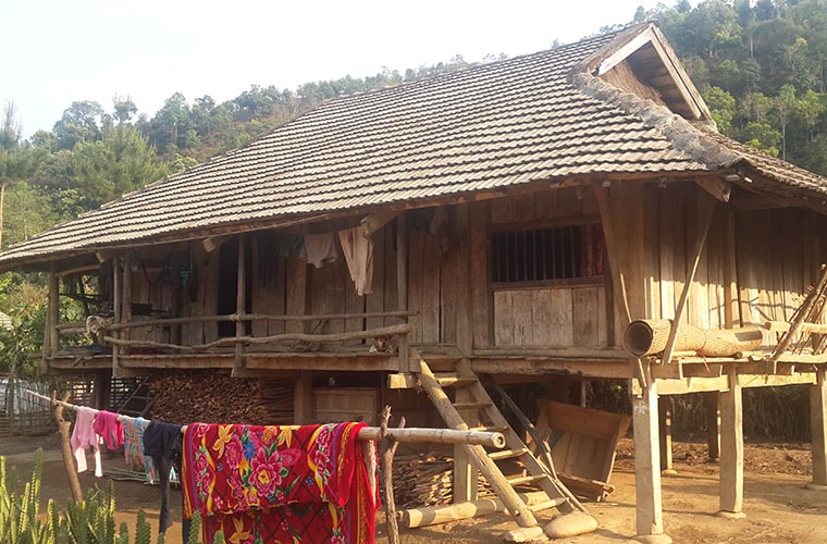 ethnic-groups-in-sapa-red-dao-stilt-house
