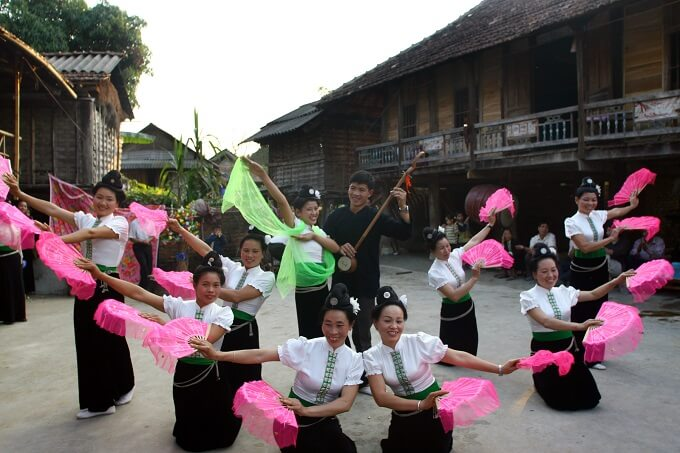 hotel mai chau traditional dance
