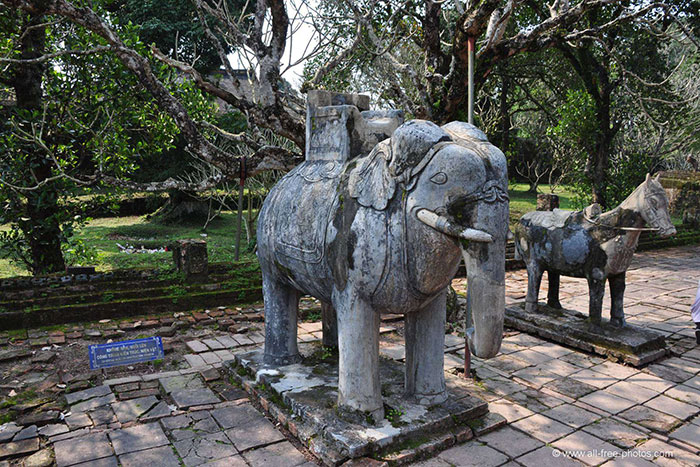 hue city tu duc tomb elephant