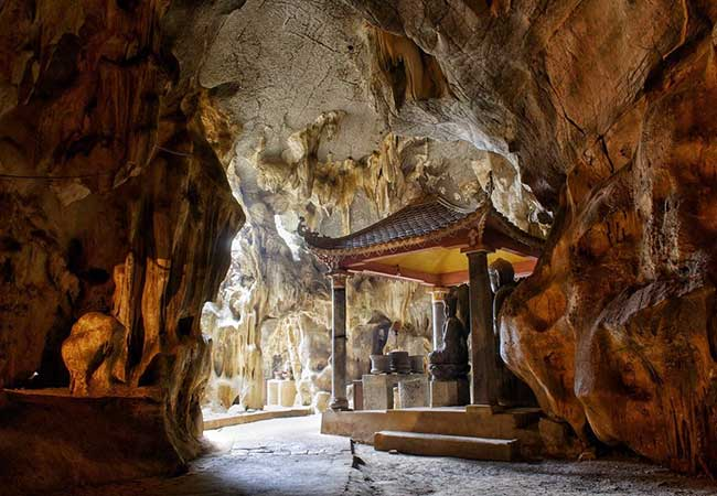 the dark cave in bich dong pagoda