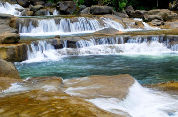 most-gorgoues-waterfall-in-vietnam-part-2-Yang-bay-waterfall