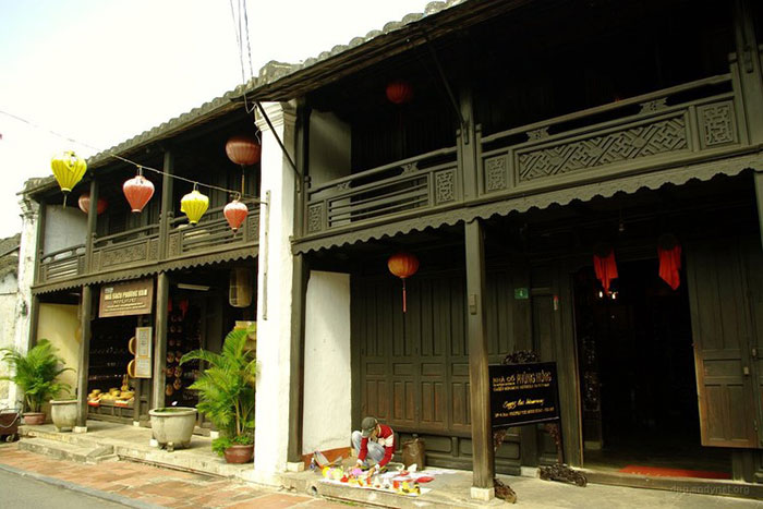 phung hung ancient house outside