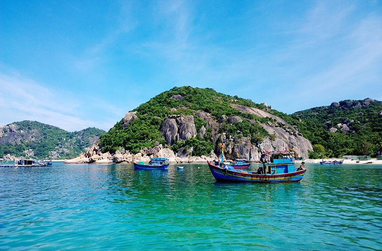 the-beautiful-and-inhabitant-island-in-vetnam-dao-robinson