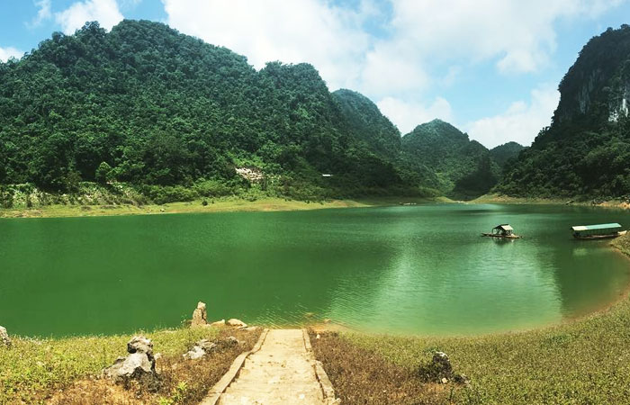 the-majestic-beauty-of-cao-bang-thang-hen-lake