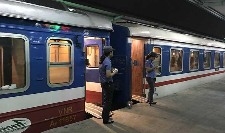 train at hanoi station