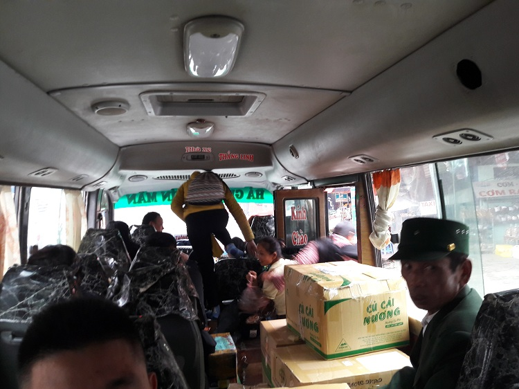 trek hoang su phi ha giang bus in the city