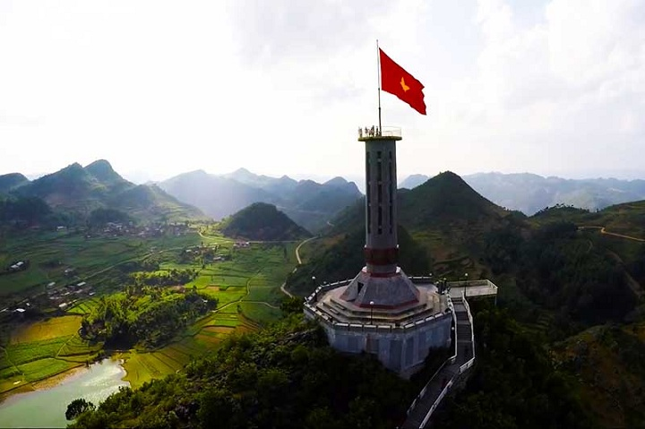 trek in ha giang vietnam lung cu flag tower
