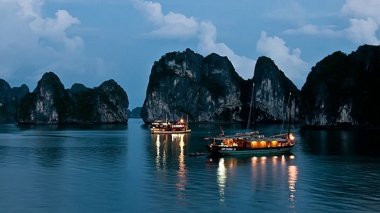 visit halong bay night on halong bay