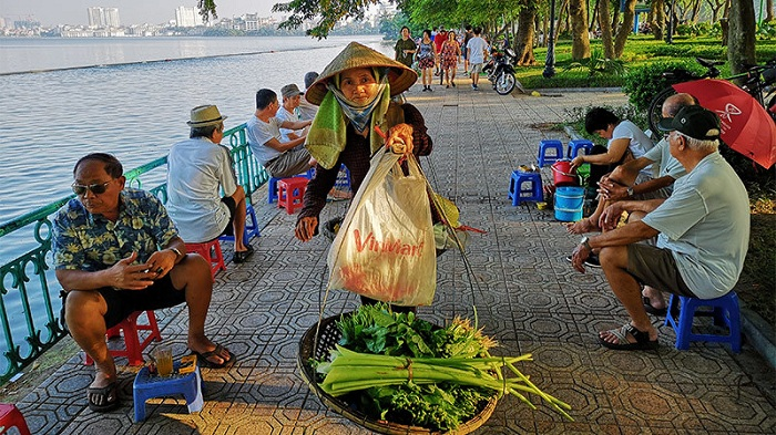 visit hanoi in early morning vendors