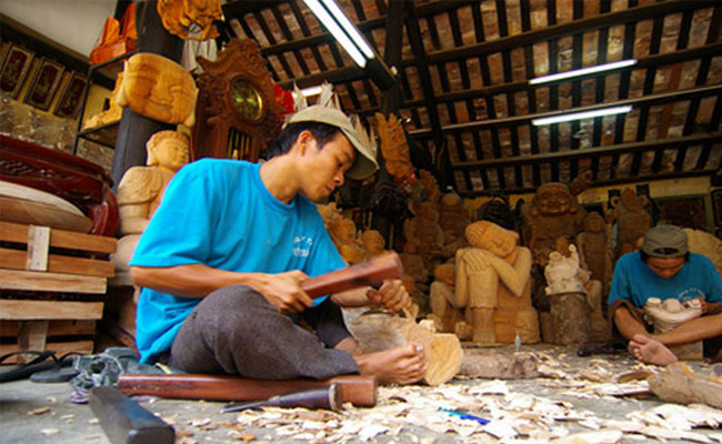 visit-hoian-visit-kimbong-village-wooden workshop