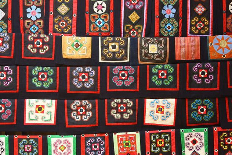 visit-red-dzao-in-ta-phin-village-brocade-patterns
