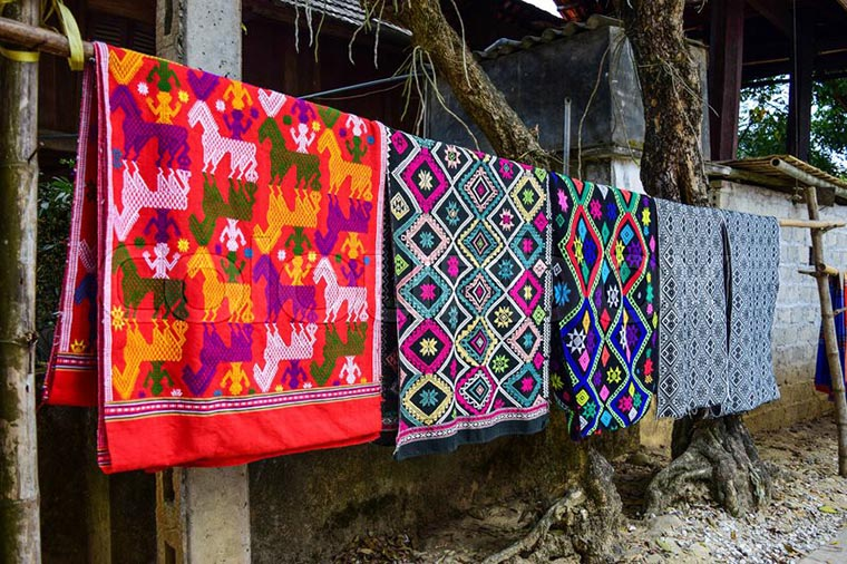 visit-red-dzao-in-ta-phin-village-brocade-products