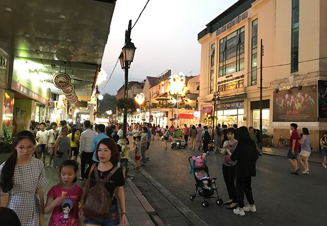 walking street in Hoan Kiem Lake