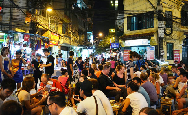 what to do in hanoi at night beer at the old quarter