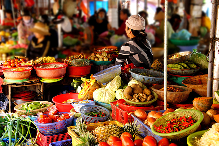 what to do in hoi an local market