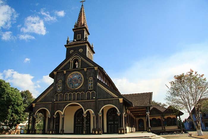 what to see in kontum wooden church